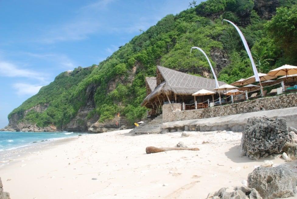 Pantai Finn's Bali, Pantai Indah Dibawah Tebing