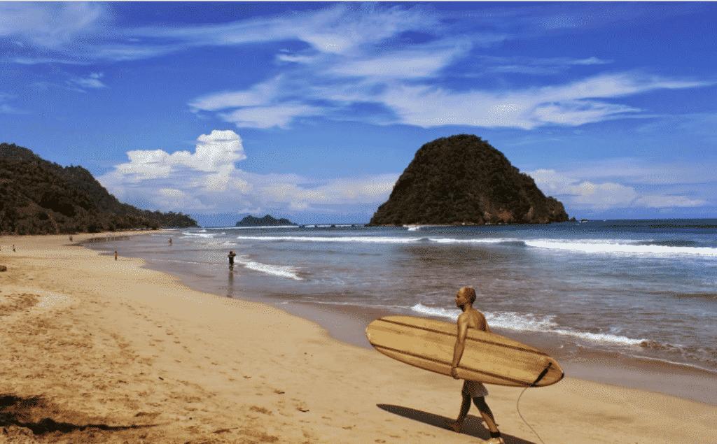 Bukit Kecil Ditengah Pantai