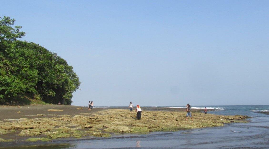 Batu Karang Indah di Pantai Muaragatah