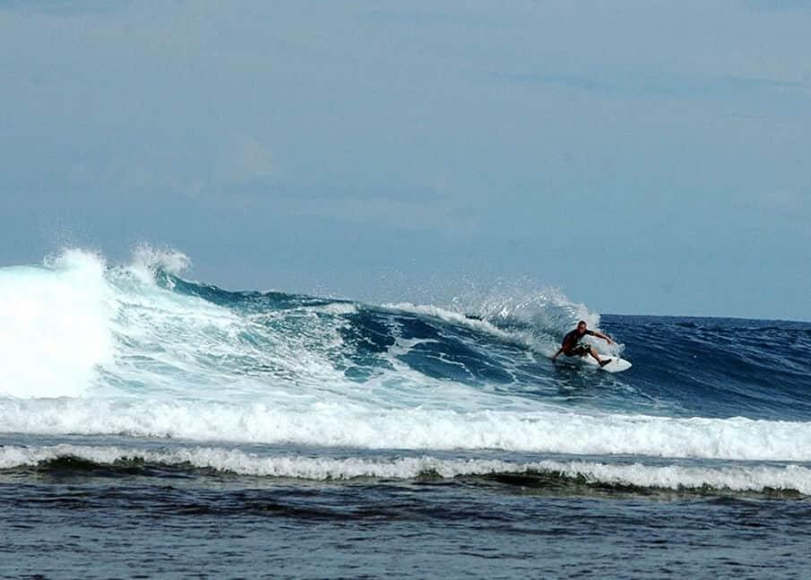 Berselancar di Pantai Pelabuhan Ratu