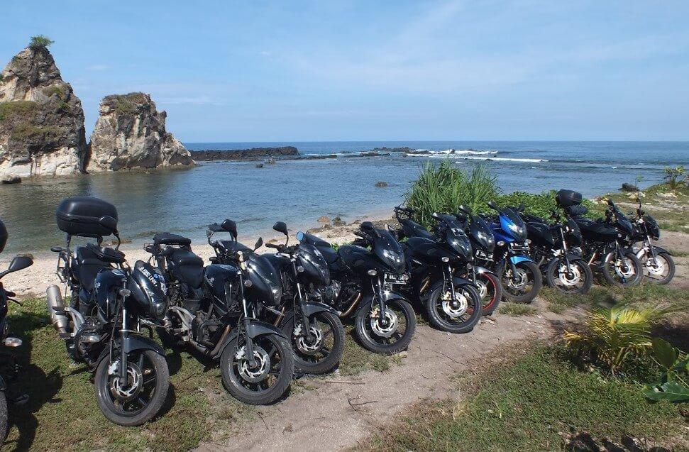 Bisa mengelilingi area pantai dengan kendaraan pribadi
