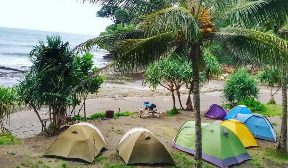 Kemah di Pantai Legok Jawa