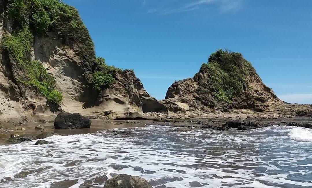 Pantai Karang Nini, Destinasi Terbaik dibalik Rerimbunan Hutan!