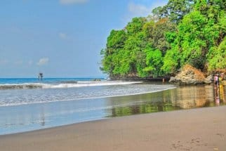 Pantai Batu Karas, Salah Satu Spot Pantai Favorit Bule di Jawa Barat