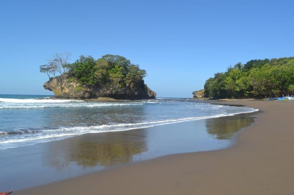 Banyak Pulau Kecil di Pantai Madasari