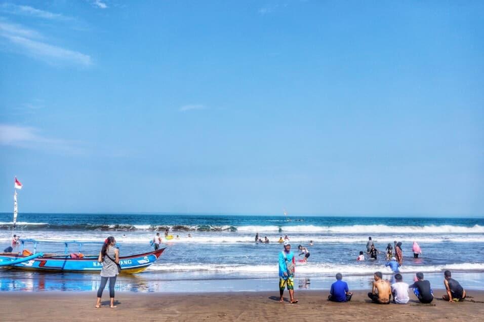 Berenang di Pantai Pananjung