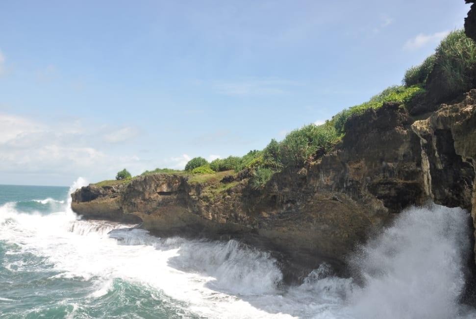 Berselancar di Pantai Madasari