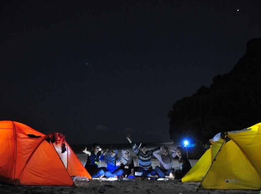 Camping di Pantai Karang Tirta