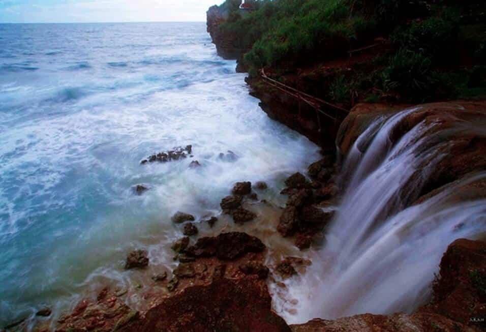 Hujan Abadi Pantai Cikaracak