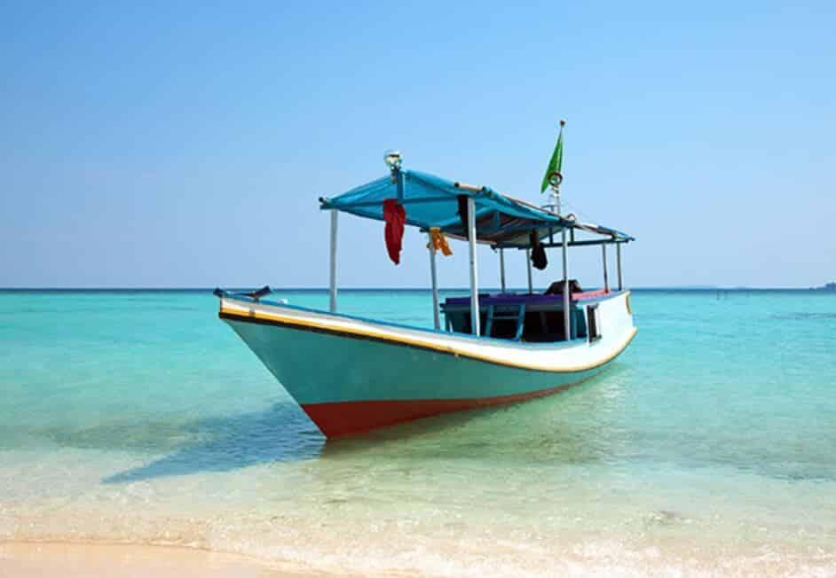 Main Perahu di Pantai Karang Tirta