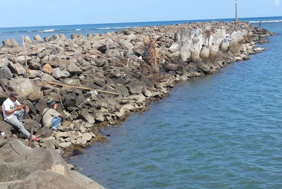 Memancing di Pantai Bojong Salawe