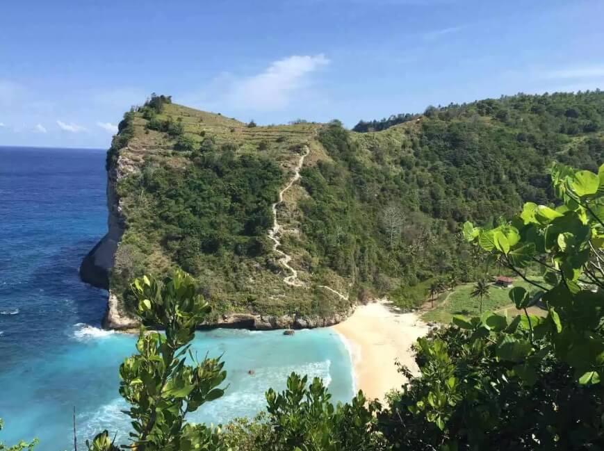 Menikmati Pemandangan Tebing di Pantai Atuh Nusa Penida !