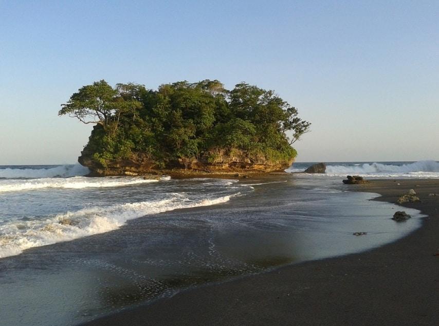 Pantai Madasari, Surganya Pemburu Pantai Eksotis Hits Abis !