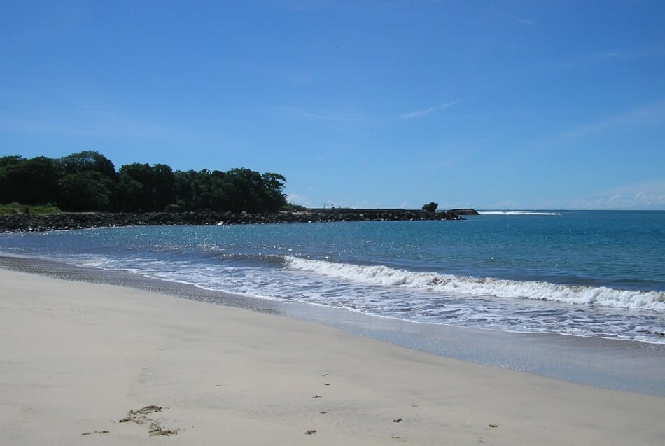 Destinasi Wajib Berkunjung ke Garut? Ya Pantai Santolo !