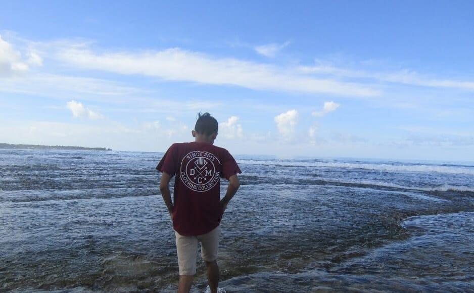 Pantai dengan Ombak Tenang dan Kondisi Bersih