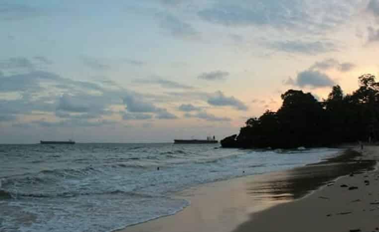 Pantai yang Luas di Pangalek