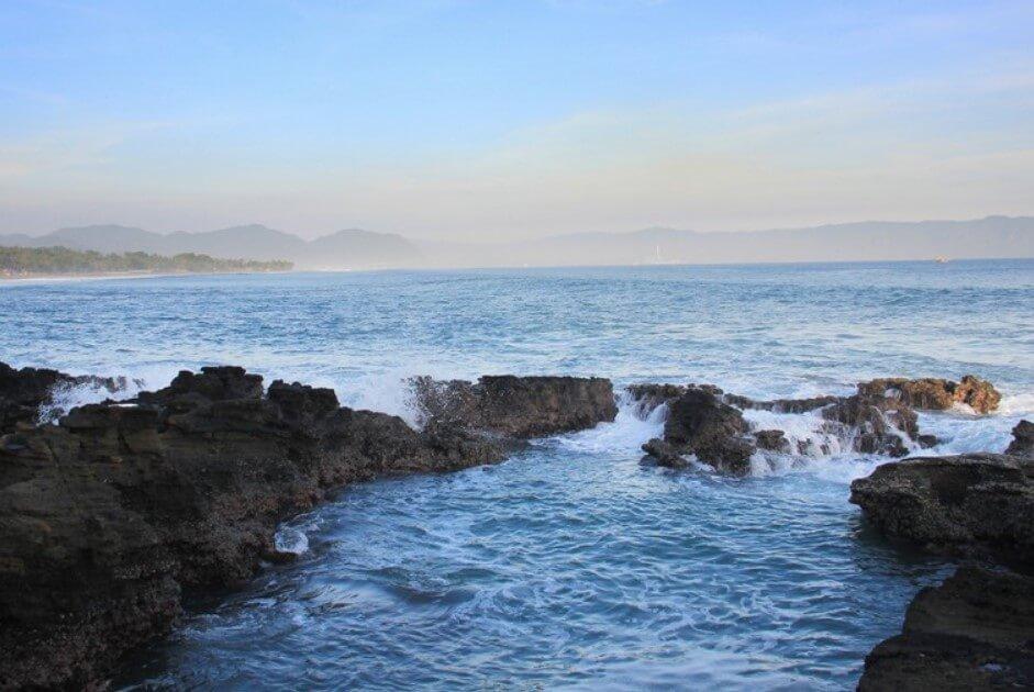 Pesona Batu Karang Pantai Cikaracak