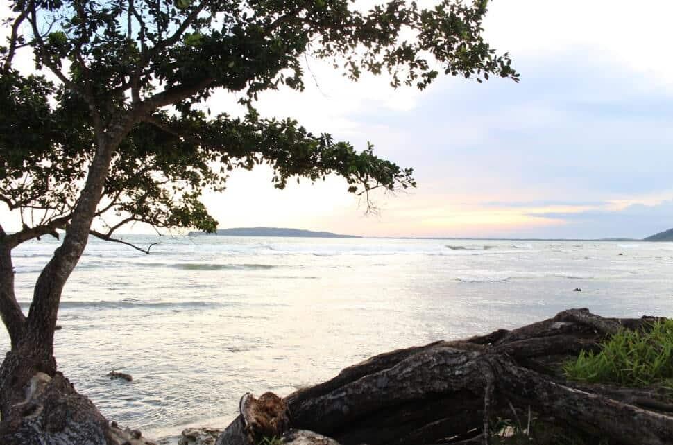 Suasana Pantai yang Sejuk dan Tidak Terlalu Ramai
