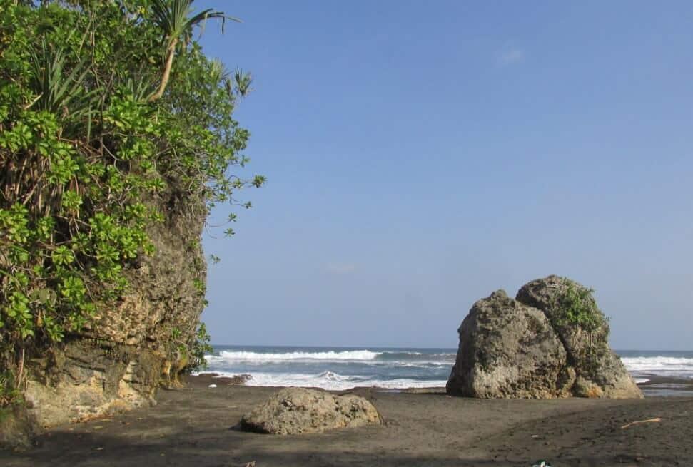 Tebing Pantai Cikaracak