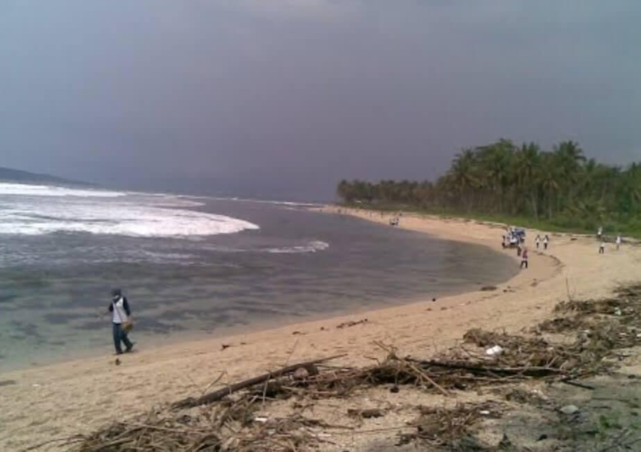 Memancing di Pantai Palatar Agung