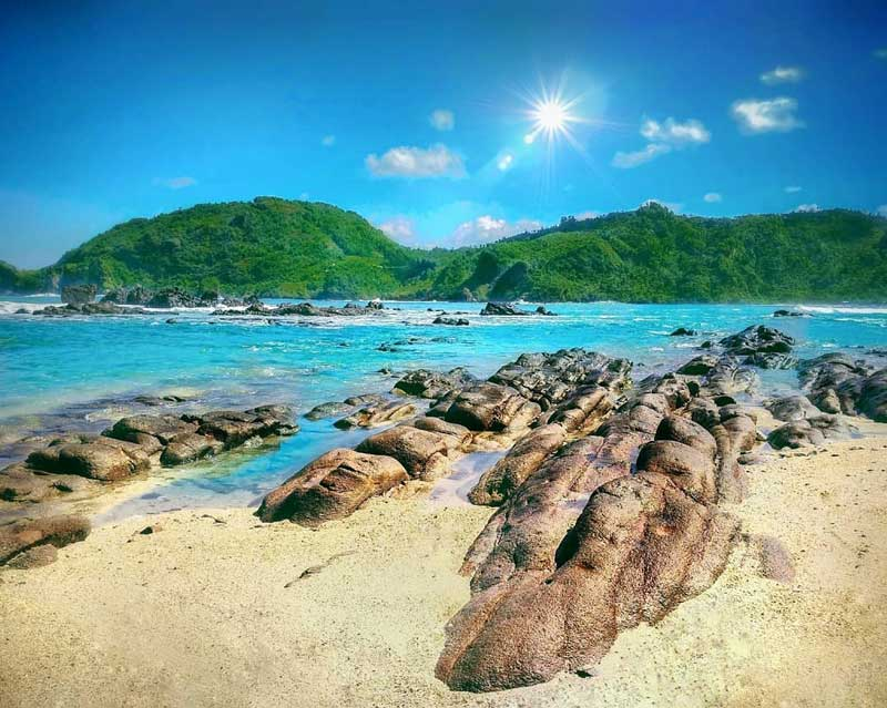 Pantai Wedi Ombo: Pemandangan Matahari Terbenam yang Eksotis!
