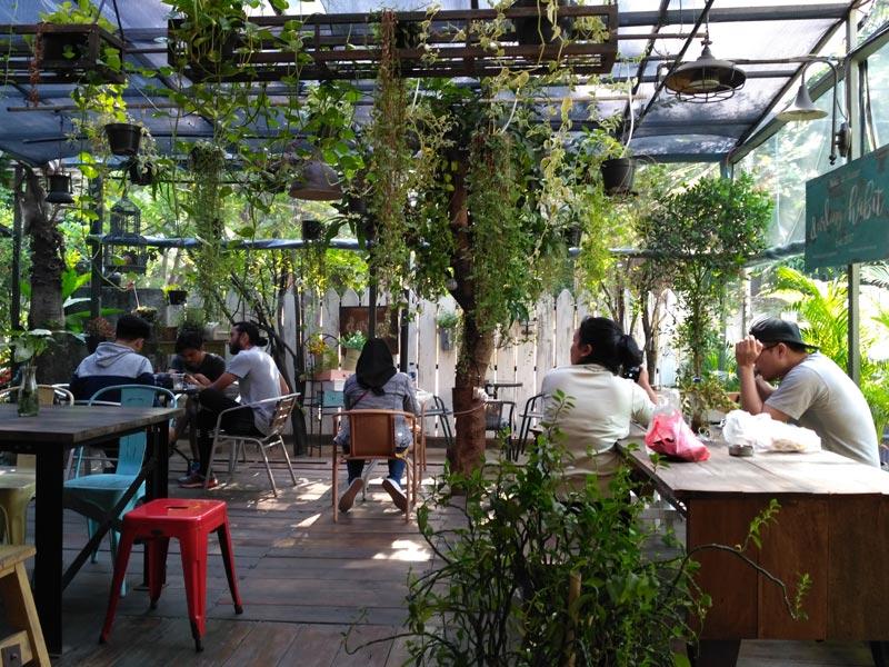 cafe di tebet dekat dari stasiun