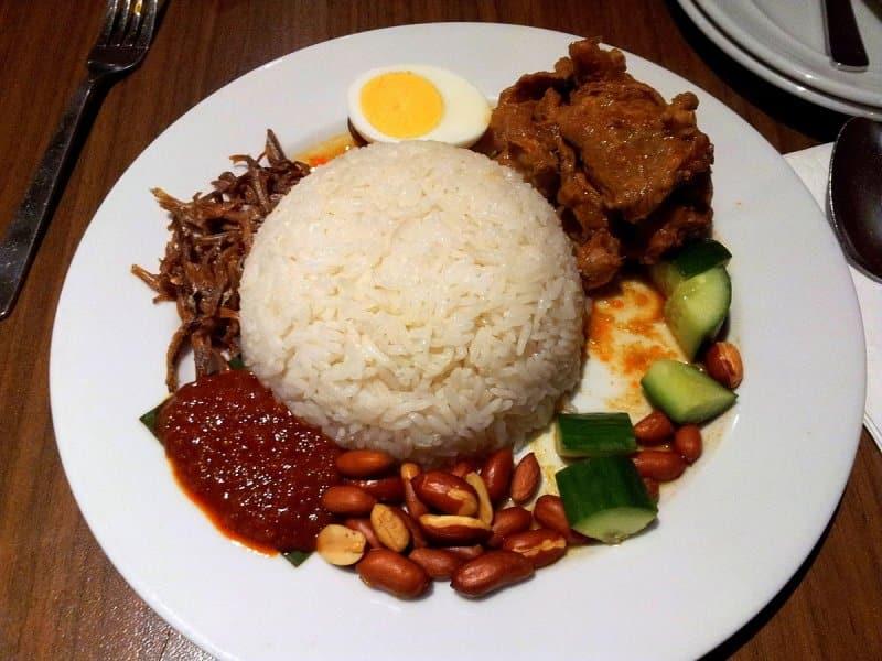 makanan khas pekanbaru riau bolu kemojo