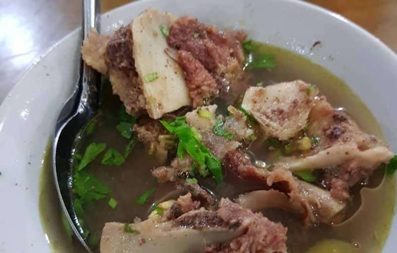 makanan khas riau yang diolah dengan sayur kangkung dan tepung sagu adala