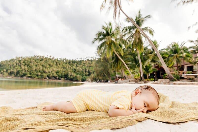 Berbaring di Atas Pasir