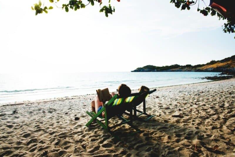 Bersantai di Kursi Pantai