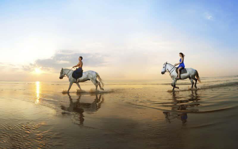 Berkeliling Pantai dengan Menunggang Kuda