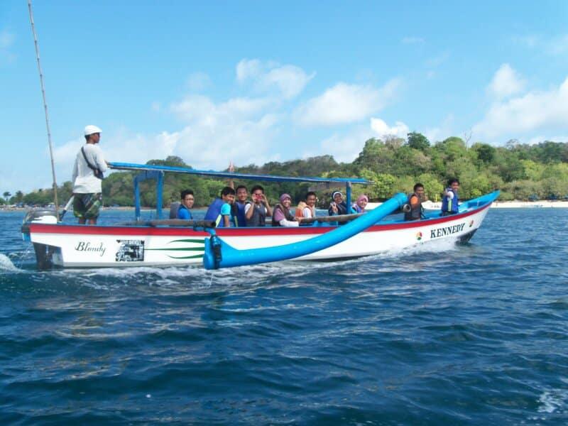 Menaiki Perahu untuk Menyusuri Laut
