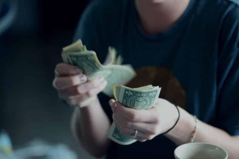 Jangan Menghitung Uang di Tempat Umum