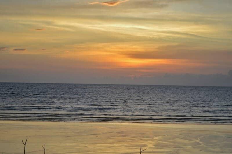 Ombak Pantai yang Tenang
