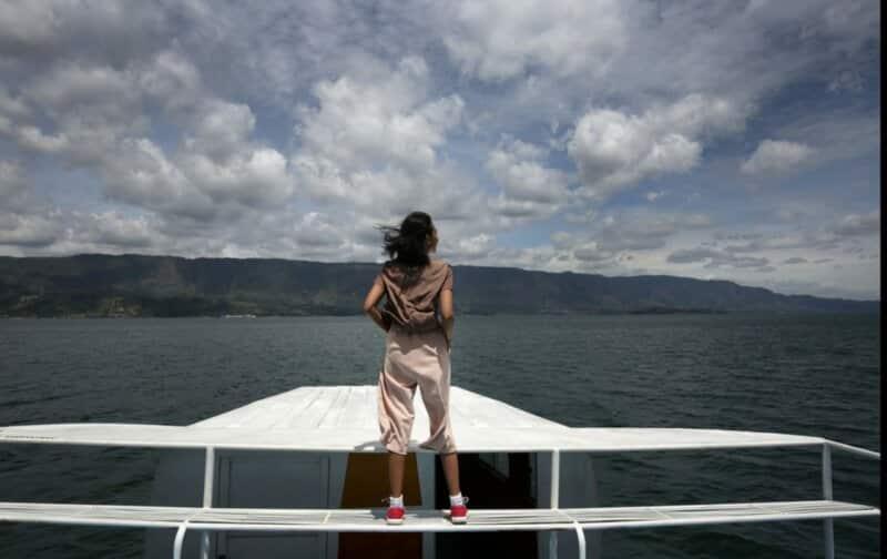 Menaiki Kapal Wisata Danau Toba