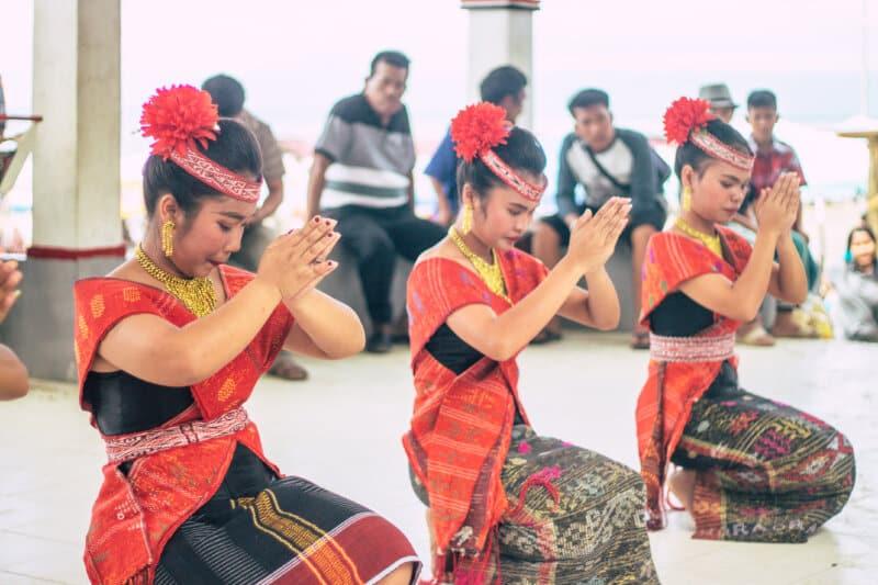 Menyaksikan Tarian Tradisional Batak