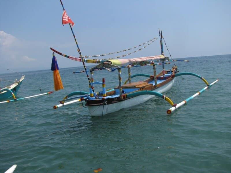 Berlayar-dengan-Perahu-Bercadik